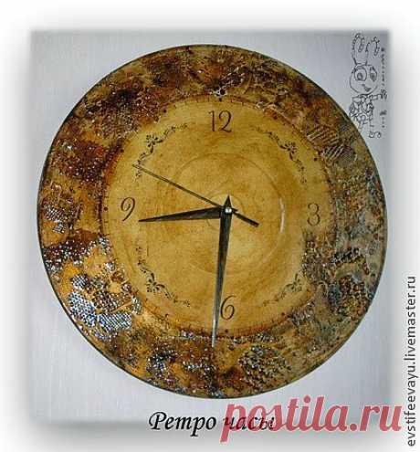 Ретро часы изготовлены в технике декупаж, искусственно состарены, во круг циферблата цветочный орнамент, окрашенный под старый метал. Что придает часам богатую историю, интересную фактуру, оригинальность исполнения.