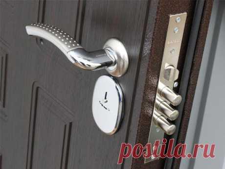 3 главные ошибки при выборе замка для входной двери и чем это может грозить Дверь можно выбрать не самую дорогую, замок же должен быть высокого качества. Покупка первого попавшегося может закончится плохо для вас и вашего имущества, поэтому подходить к выбору модели нужно серьезно.