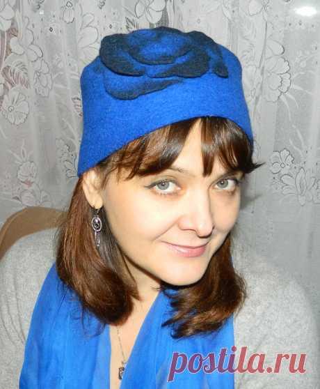 Небольшая шапочка-шляпка из мериносовой тонкой шерсти от темно-синего да ярко-синего цветов с цельноваляным стилизованным цветком. Не колется.