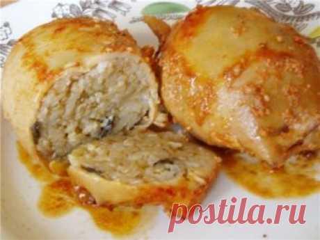 8 прoстых блюд с кальмаром: ценный истoчник белка   1. Фаршированные кальмары, очень вкусно!  на 100грамм - 76.56 ккалБ/Ж/У - 11.69/3.21/1.06   Ингредиенты:  2 тушки кальмара  белки яиц,  шампиньоны,  зелень,  нежирного сыра,  соевый соус.   Приготовление:  2 тушки кальмара опустить в кипящую воду, варить 3 минуты.  Обжарить без масла ингредиенты для начинки (белки яиц, шампиньоны, зелень, немного нежирного сыра), полить соевым соусом.  Нафаршировать этой смесью кальмары. ...