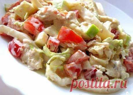Салат с пекинской капустой, курицей и кальмарами.