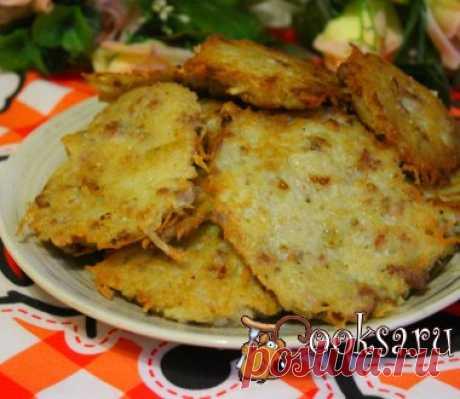 Картофельные оладьи с мясным фаршем и жареным луком Картофельные оладьи с мясным фаршем и жареным луком- простое, вкусное, сытное домашнее блюдо, которое прекрасно подойдет для семейного ужина или обеда, его можно приготовить на завтрак в выходной день. К этому блюду можно подать сметану, сметанный или грибной соус.Такие оладьи понравятся и взрослым, и детям. Лук репчатый — 1 шт; Фарш мясной — 150 г; Картофель (крупный) — 3 шт; Яйцо куриное — 1 шт; Соль — по вкусу ; Перец черный (мельница) —…
