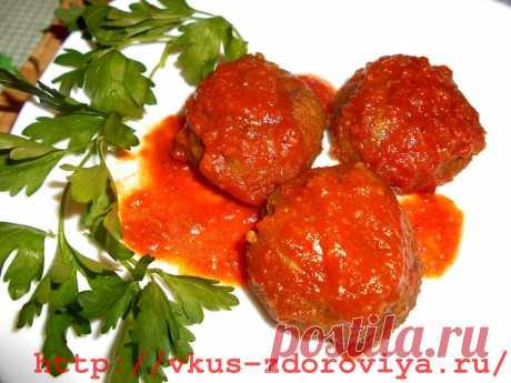 Гороховые котлеты .Это замечательный рецепт постных очень вкусных котлет из гороха в томатном соусе.  Ингредиенты:  200 гр. гороха (половинки) 1 маленькая луковица 1-2 зубчика чеснока 20-30 гр. петрушки Соль, перец Перец чили 1 ч.л.кумина 0, 5 ч.л. кориандра 1 ч.л. майорана 0, 5 ч.л. соды 2 ст.л. муки