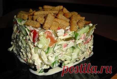 """La ensalada con el pan rallado """"Сочная Хрустяшка""""."""
