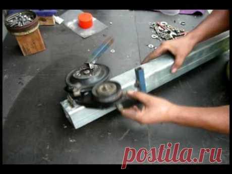 Self-made pipe bender\u000d\u000aHouse the pipe bender made of several pulleys and steel scrap.