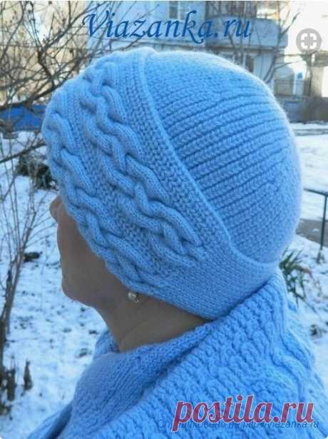 Тёплая зимняя шапка с отворотом связана узором жемчужная (полуанглийская) резинка урок 48  По отвороту вывязаны две сложные параллельные косы, выполненные узором плетёнка.  Шапочка связана из пряжи для ручного вязания Vita ENJOY (шерсть 100%, 200м в 100гр) cпицами 2,5 мм.  Сначала вяжется широкая полоса-отворот, которая впоследствии будет перегибаться посередине. На правой стороне этой полосы вывязываются две объёмные косы, а по левой стороне на кромочных петлях в дальнейш...