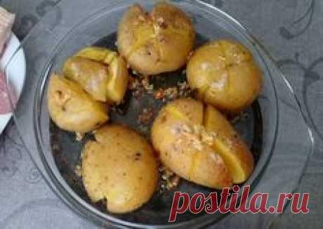 Мятая-картошка по-португальски Ингредиенты 8 картофелин 30 г сливочного масла 2 ч. л. розмарина 4 зуб. чеснока 40 мл оливкового масла по вкусу соль