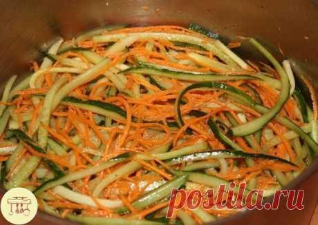 """Салат """"Корейская закуска из огурцов с морковью"""" Ингредиенты на 5 литровых банок: - 3 кг огурцов, - 1 головка чеснока, - 500 г моркови, - 500 г сладкого болгарского перца, - 500 г репчатого лука, - 1 стручок острого перца, - 2 ст. ложки соли, - 5 ст. ложек сахара, - 150 мл 9% уксуса (можно заменить яблочным), - 150 мл растительного масла. Приготовление: 1. Морковь помыть, почистить и натереть на терке для ко..."""