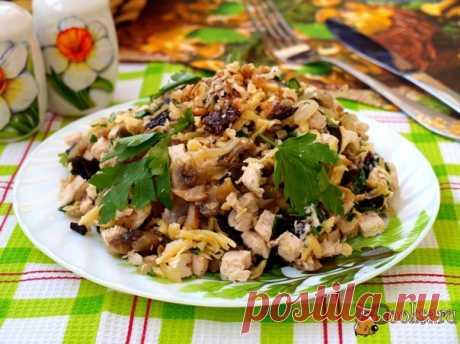 Салат с курицей, грибами и черносливом Предлагаю вам вкуснейший салат с курицей, грибами и черносливом. Такой салат можно предложить к любому гарниру, можно также подать на праздничный стол. Салат готовится достаточно просто, но не уступает по вкусу салатам со сложным составом.