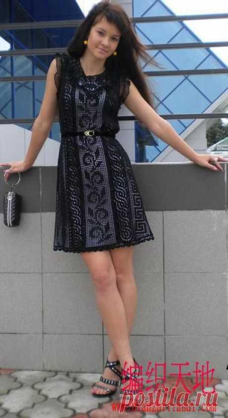 Платье вязанное филейной вязкой.