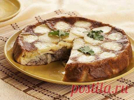 Супер рыбный пирог «Черепашка»- вкус покорит любого..  Ингредиенты:  - Картофель – 4 шт., - Сода – 1 ч. л., - Мука – 7 ст. л., - Кефир – 1 ст., - Яйца – 2 шт., - Лук репчатый – 2 шт., - Рыбные консервы – 1 шт., - Соль – по вкусу.  Приготовление: Смазать маслом форму для запекания, выложить тонко нарезанные кружочки картофеля. Сверху картошки положить нарезанный колечками лук, а поверх лука – рыбу, размятую вилкой. Приготовить тесто: взбить яйца с мукой, кефиром, солью и с...