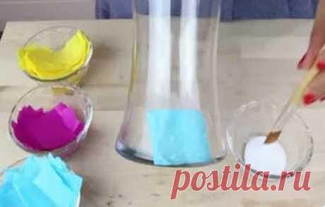 Она наклеила кусочки салфеток на стеклянную вазу. Результат восхищает!