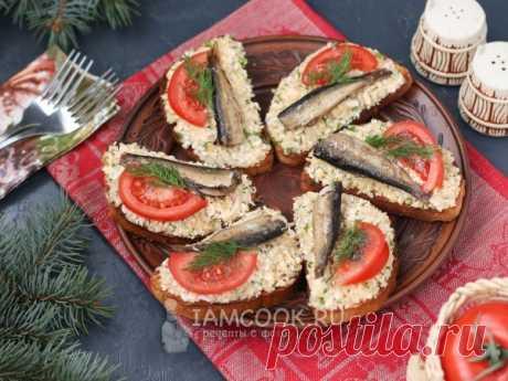 Бутерброды со шпротами, картофелем и плавленым сыром — рецепт с фото Вкусные и сытные бутерброды, которые можно приготовить для перекуса или на праздничный стол.