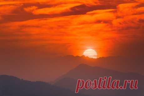 Рассвет в Гималаях на фото Михаила Самарина. Покхара, Непал. С добрым утром!