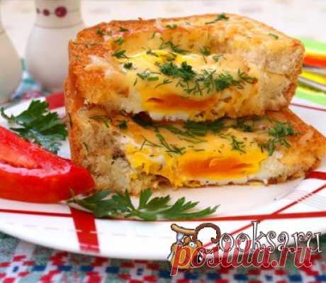 Яичница в бутерброде Очень понравился мне хлеб для тостов и я решила приготовить на завтрак яичницу в бутерброде. Хотела сразу приготовить отдельно для себя, отдельно для дочки, но бутерброд получился внушительного размера, нам с дочкой хватило одного на двоих. Очень вкусно и сытно получилось! Хлеб для тостов — 2 лом.; Яйца — 2 шт; Сыр твёрдый — 30 г; Соль, перец (по вкусу) ; Масло подсолнечное (для жарки) ; Зелень (по вкусу) ;