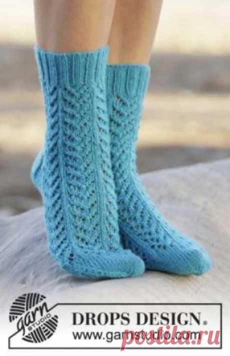 Ажурные носки спицами с узором елочка Эффектные ажурные носки спицами для женщин, выполненные из тонкой носочной пряжи на основе шерсти. Вязание носков осуществляется простым ажурным...