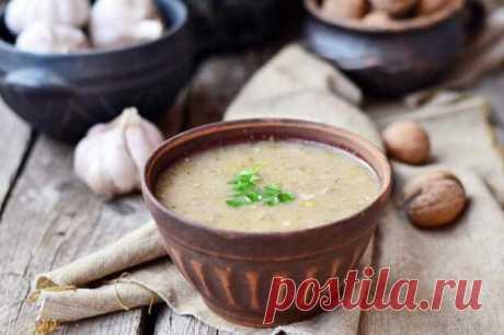 Харчо с грецкими орехами – насладитесь вкусовыми успехами - БУДЕТ ВКУСНО! - медиаплатформа МирТесен Побывав в Грузии, глупо было бы не отведать национального блюда – харчо, что в переводе с грузинского означает «суп из говядины». Те, кто использовал рецепт приготовления этого блюда, знают, что суп обладает достаточной остротой и приятным насыщенным цветом. Рецепт супа харчо имеется не один, их