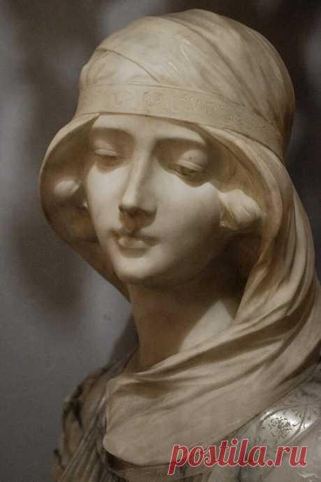 О.Мандельштам ................... Нежнее нежного Лицо твое, Белее белого Твоя рука, От мира целого Ты далека, И все твое - От неизбежного. . От неизбежного Твоя печаль, И пальцы рук Неостывающих, И тихий звук Неунывающих Речей, И даль Твоих очей.