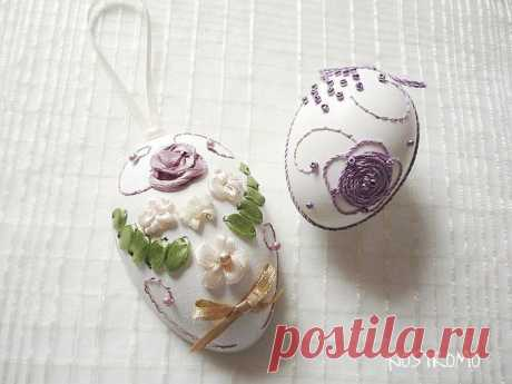 Surprisingly beautiful Easter eggs embroidered with tapes.