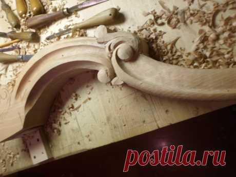Обработка ножки и формирования рельефа в резьбе по дереву. Процесс ложный и длительный требует к себе много внимания и опыта.  Такие ножки можно применять для консольных столов. https://barokko.com.ua/