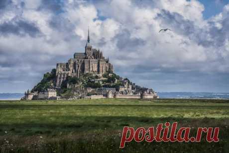 Франция - Mont Saint-Michel Этот 1,300-летний монастырь построен на вершине единственной скалы, раньше можно было добраться только в зависимости от капризов прилива. Расположенный на вершине скалы посреди бухты, аббатство и окружающий город изначально были доступны только при разрешенных приливах. Хотя последующее развитие позволило 24 часа получить доступ к острову, находящаяся в процессе строительства плотина вернет скалу в ее прежнее состояние, полностью окруженную водой во время прилива.
