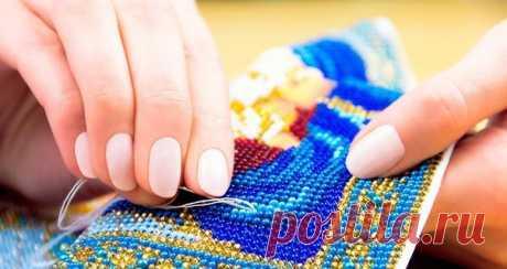 Виды швов для вышивки бисером   Монастырский шов   Данный шов очень напоминает технику вышивания крестиком — стежки следуют друг за другом по диагональной линии, где используется одна бусинка. Как правильно вышивать монастырским швом:  В выбранном месте закрепить нить, на нее продеть бусину.  Выводить иглу по диагонали, вверх или вниз на непосредственно лицевую часть.  Продолжать нанизывать бусинки, повторяя ряд.  Чтобы переместиться на следующий ряд, необходимо с изнаночн...