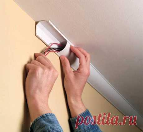 Какую альтернативу можно подобрать на замену потолочным плинтусам Если не хочется клеить плинтуса, можно совсем обойтись без них. Высота стен будет казаться длиннее, а комната просторнее. Каждый выбирает по вкусам и средствам, какое интерьерное решение применить в помещении.