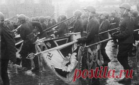 Impressive defilement of banners of Wehrmacht by Stalin