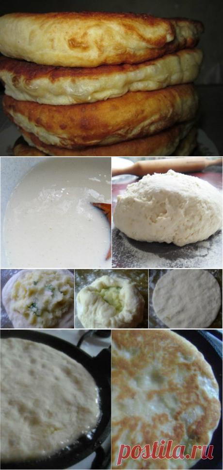 С этим рецептом забудешь, что такое хлеб! Пушистые лепешки на кефире: =ИНГРЕДИЕНТЫ ДЛЯ ТЕСТА 500 мл кефира любой жирности 1 ч. л. соды 1 яйцо 2 ст. л. растительного масла 500–550 г муки 50 г сливочного масла соль по вкусу =ИНГРЕДИЕНТЫ ДЛЯ НАЧИНКИ  (НА ВЫБОР) сосиски или ветчина с сыром тушеные грибы тушеная капуста картофельное пюре творог с зеленью