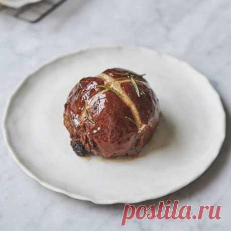 Крестовые булочки к Пасхе  К Пасхе принято готовить сдобную выпечку. Во многих странах крестовые булочки являются традиционной выпечкой.  Булочки Hot cross bun выпекают во франкоязычной части Канады, в Англии, странах Британского содружества, Чехии и Германии.