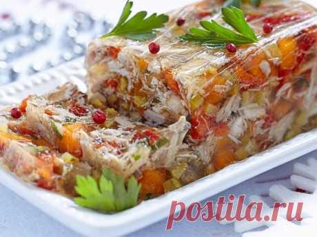 Наивкуснейший куриный холодец с овощами  Продукты:   Куриная грудка - 350 г  Вода - 1,5 л  Морковь - 2–3 шт.  Желатин - 15 г  Зелень - 1 пуч.  Лук - 1 шт.  Лавровый лист - 2 шт.  Перец душистый - 5 шт.  Соль по вкусу  Черный перец (молотый) по вкусу   Приготовление:   Куриные грудки вымойте, сложите в кастрюлю, залейте водой, доведите до кипения. Не забудьте снять пенку, затем убавьте огонь до минимума.Добавьте очищенные морковь, лук и корень петрушки, добавьте лавровый ли...