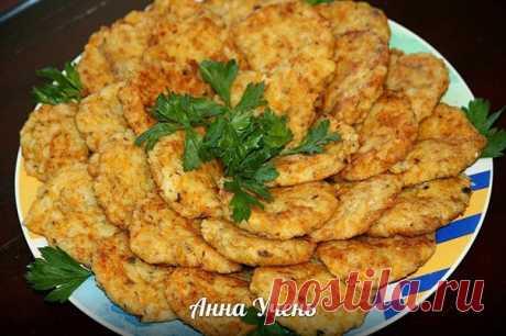 Котлеты из сардин автор Анна Учень  Вкусно, быстро, легко и бюджетно!  Ингредиенты: (приблизительно 196,3 ккал на 100 гр.)  1 банка сардин 1,5 стакана отварного риса 2-3 отварных картофелины (на терку, я тру на мелкую) 2 репчатых луковицы+1 морковка (обжариваем) 2 яйца сырых  Все ингредиенты перемешиваем, солим, перчим. Формируем котлетки, в муку и на разогретую сковородку до румяной корочки.