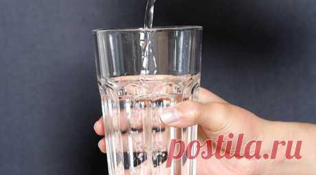 НАЛЕЙ ВОДЫ, И .. НЕТ ГИПЕРТОНИИ!  Лет 20 назад я прочитала статью профессора медицины, который вылечился с помощью простейшего метода от гипертонии, хотя и не смог объяснить секрет его эффективности.  Вечером ставите на стол стакан обыкновенной питьевой воды.  Наутро, слегка помассировав голову пальцами и потянувшись, встаете. Берете в руку стакан и высоко поднимаете вверх. В другой руке держите пустой стакан, куда и переливаете воду. И так 30 раз.  Затем все, что не распл...