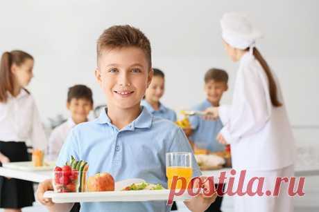 Почему ребенок не хочет есть в школьной столовой? Вы сами пробовали то, что готовят там повара? А вы попробуйте! Приглашаем вас на «Родительский контроль» питания. В скором времени родители могут проявить инициативу и лично оценить качество и вкус еды в школьной столовой. А также проконтролировать чистоту и порядок. Подробнее в статье.
