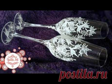 Las copas finas de boda. La decoración de flores con la imitación de las perlas. El maestro la clase de Yutty del Arte.