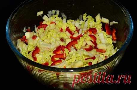 Легкий салат из пекинской капусты с яблоками и болгарским перцем. Рецепт Нарезать соломкой пекинскую капусту, сладкий перец и кислое яблоко.
