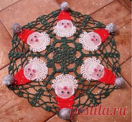 Вязаная салфетка с изображением Деда Мороза