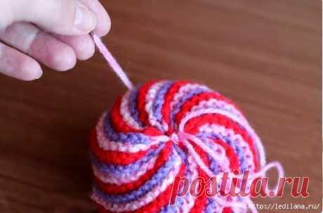 Мячик вязаный разноцветный из остатков пряжи