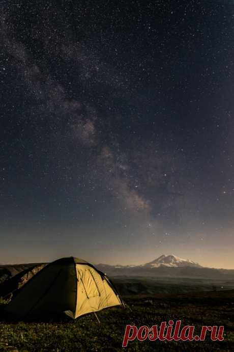 Кадр от Александра Щёлокова (nat-geo.ru/community/user/194047/), который ночевал на плато Бермамыт и любовался Эльбрусом. Спокойной ночи.