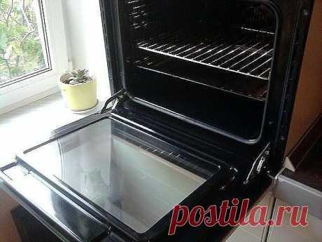 Быстро и просто очищаем духовку от нагара Материалы и ингредиенты: - ¼ ст. жидкости для мытья посуды - 0,5 ст. пищевой соды - ¼ ст. перекиси водорода - цедра лимона - 1 ст. л. уксуса - губка для мытья посуды - бумажные полотенца Инструкция: 1. Даже если речь идёт о многолетнем нагаре, простое средство поможет справиться даже с ним. Начать нужно с обычной мыльной воды и губки, которую обязательно часто ополаскивает. Это поможет избавиться от основной грязи. 2. Теперь смешив...