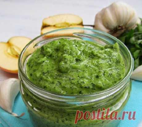 Вкусный и ароматный соус из петрушки, яблок и чеснока