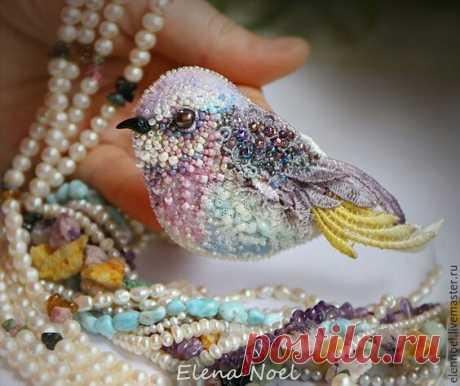 Брошь бисерная птичка
