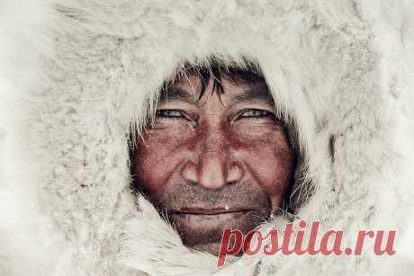 Фотограф Джимми Нельсон путешествует по миру — от Чукотки до Папуа — Новой Гвинеи, знакомится с представителями малых народов и делает фантастические фотозарисовки об их быте. | 10 всемирно известных фотографов-портретистов • НОВОСТИ В ФОТОГРАФИЯХ