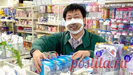 Самый дружелюбный магазин: японским продавцам выдали маски с улыбками