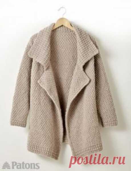 Свободное пальто с лацканами Свободное пальто спицами для женщин, связанное узором крупный рис. Для вязания используется чистошерстяная довольно толстая пряжа бежевого цвета...