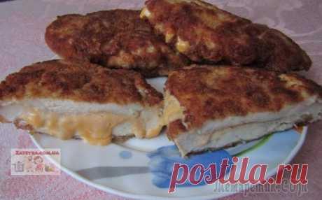 Куриные отбивные с сыром Нежные и очень вкусные куриные отбивные с нежным сыром подойдут как для повседневного обеда, так и для праздничного стола. Это нежное блюдо непременно понравится всем. Приготовим! Ингредиенты:— 2 круп...