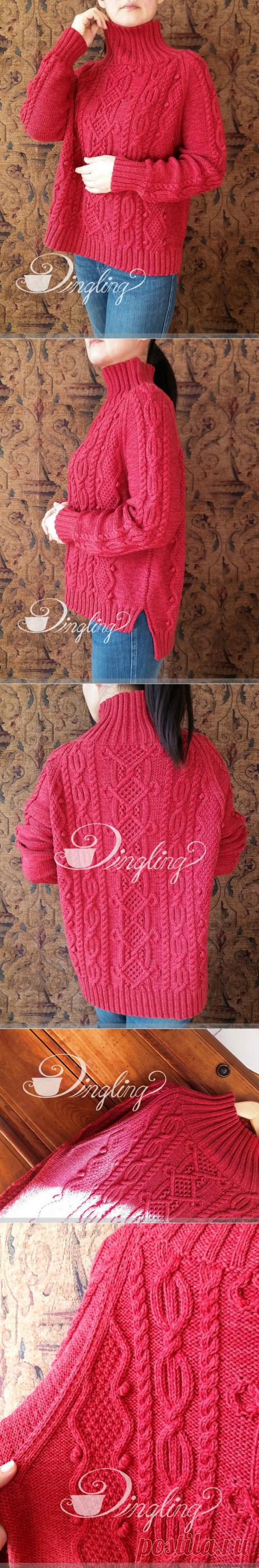 Красный узорчатый свитер.