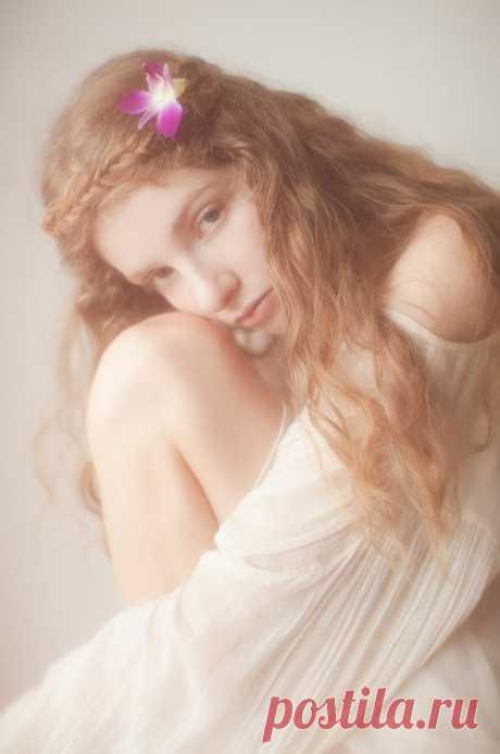 РОМАНТИКА В ПОТРЯСАЮЩИХ РАБОТАХ ВИВЬЕН МОК  Фотоработы Вивьен Мок считаются самыми художественно профессиональными. В них очень грамотно всегда подобрана тема и изображения образа. В данном случае мы подобрали работы по женской тематике. В них отображена женственность и красота. Образ женщины в своих работах очень эротичен и красив во всех своих проявлениях. Его художественные фотографии очень благородны в своём оформлении и очень поразительны. Раскрывающие красоту женщины в нашем Мире.