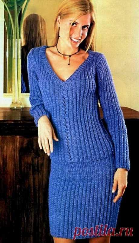 Костюм для женщины - пуловер и юбка.
