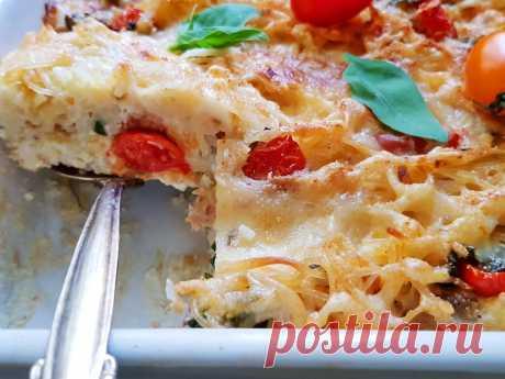 Запеканка из макарон, тунец, сыр, помидоры и базилик